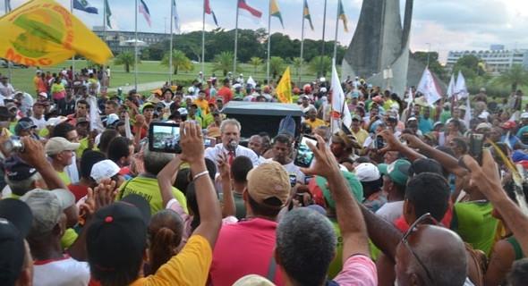 Defendendo os movimentos sociais, pequenos agricultores e assentados da reforma agrária na entrada da Assembleia Legislativa.