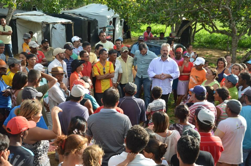 Deputado Marcelino Galo em reunião com acampados.