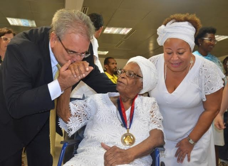 Mãe Stella, homenageada pelo deputado Marcelino Galo com a Comenda 2 de Julho.